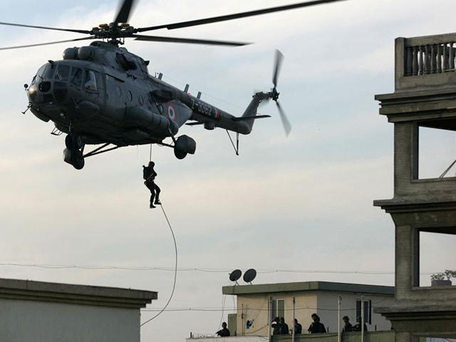 A NSG Commando fast ropes to Nariman Point. Source - Net.